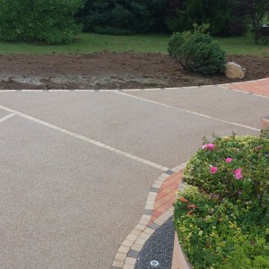 Aménagement de cour en béton désactivé et pavés