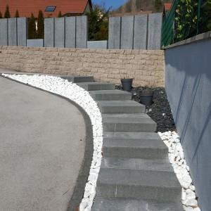 aménagement d'un escalier en blocs marches et dalles granites à Ornans par l'entreprise Cuinet