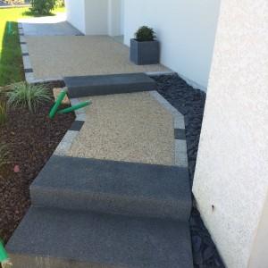 aménagement d'une entrée en blocs marches anthracite et béton désactivé par l'entreprise Cuinet de Tarcenay