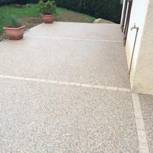 aménagement d'une terrasse en béton désactivé avec joint en pavé beige par l'entreprise Cuinet