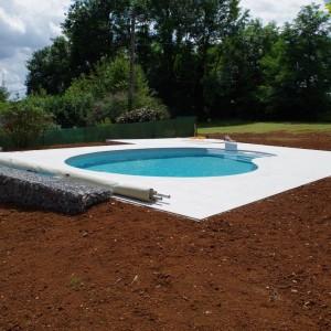 aménagement des abords de piscine en dalle, y compris découpe des margelles par l'entreprise Cuinet