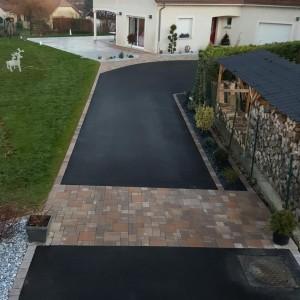 aménagement d'une cour en enrobé, pavés, dalles et jardins minéral par l'entreprise Cuinet de Tarcenay