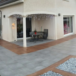 Aménagement d'une terrasse en dalles imitation bois et grise par l'entreprise Cuinet de Tarcenay