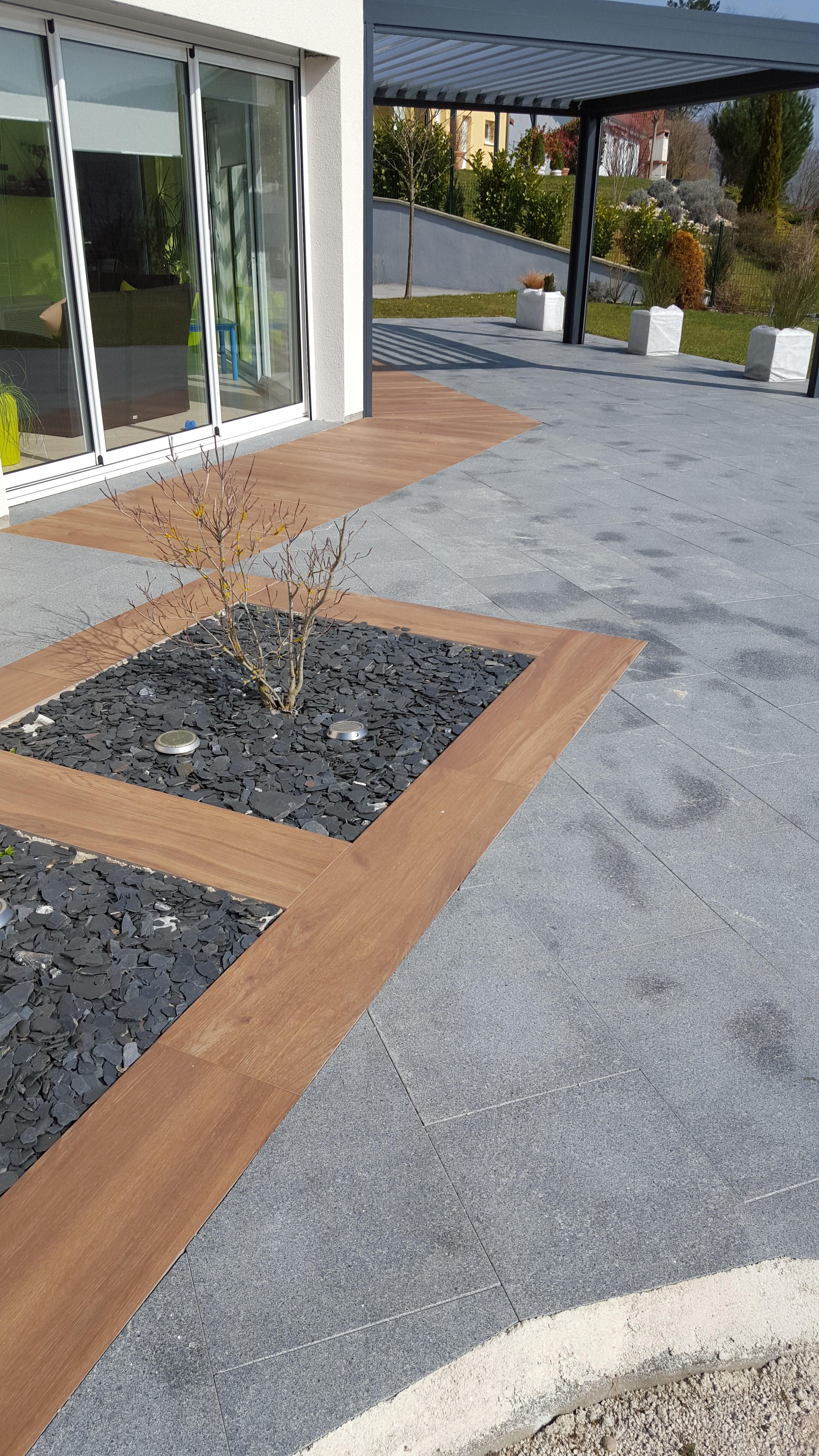 Aménagement d'une terrasse en dalles imitation bois et granites à Ornans par l'entreprise Cuinet