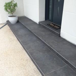 aménagement d'un habillage d'escalier en dalle anthracite par l'entreprise Cuinet à Tarcenay