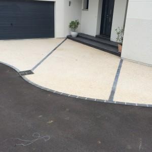 aménagement d'une cour en béton désactivé et enrobé par l'entreprise Cuinet de Tarcenay