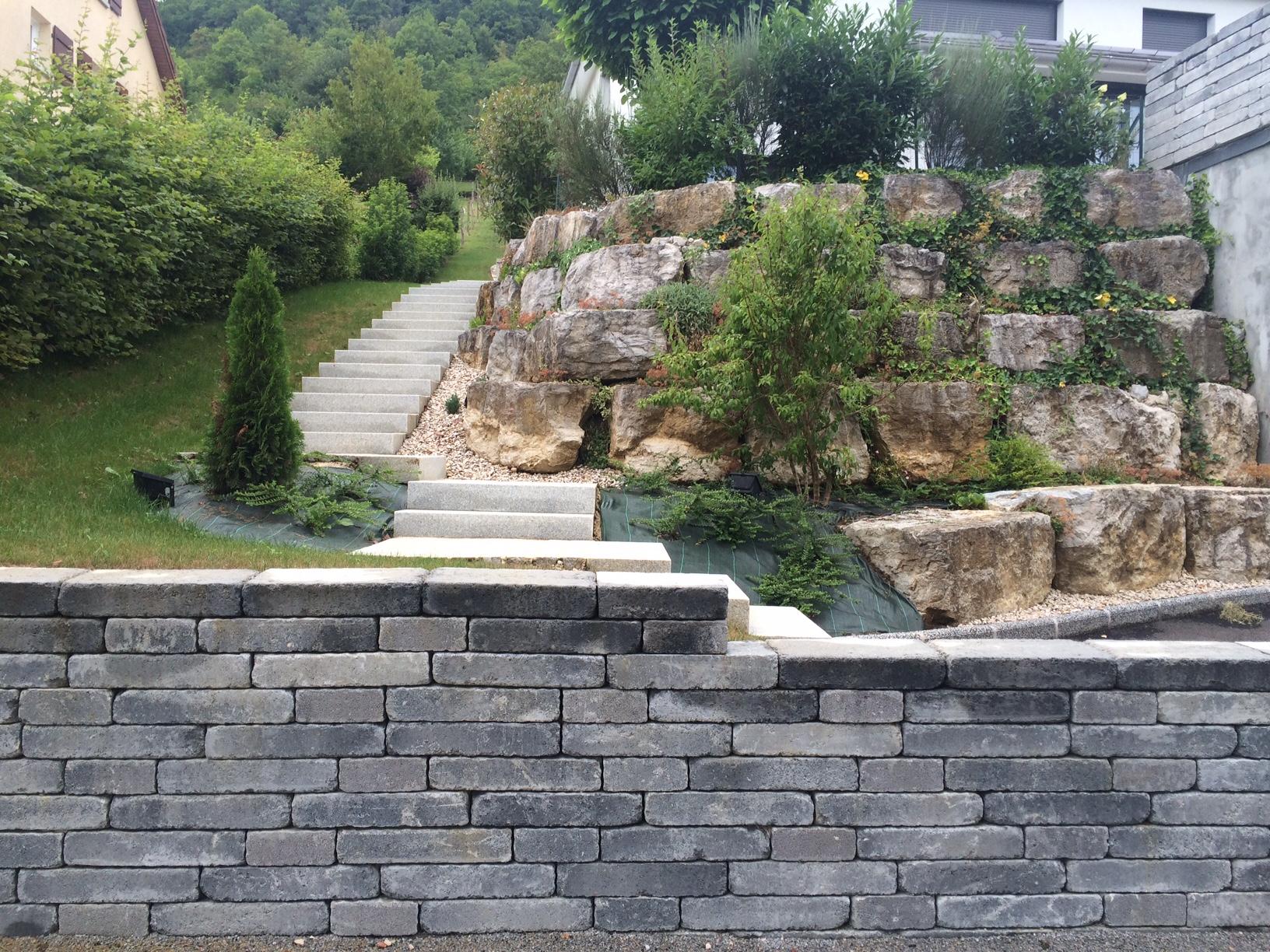 aménagement d'une entrée avec mur Bi Muro et escalier blocs marche granit par l'entreprise Cuinet de Tarcenay