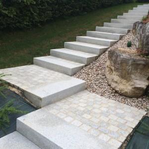aménagement d'un escalier en bloc marche granit et pavé granit par l'entreprise Cuinet de Tarcenay
