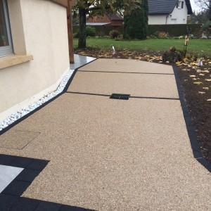 aménagement d'une terrasse en béton désactivé avec joints noir et dalles par l'entreprise Cuinet de Tarcenay