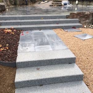 aménagement d'un escalier en bloc marche et dalle granit par l'entreprise Cuinet de Tarcenay