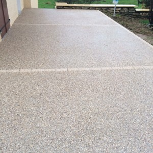 aménagement d'une terrasse en béton désactivé avec joints en pavés beige par l'entreprise Cuinet de Tarcenay