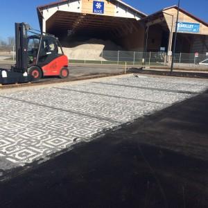 aménagement du parking chez Vieille Matériaux en dalle à engazonner rempli de gravier par l'entreprise Cuinet