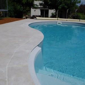 aménagement en dalle d'un contour de piscine, y compris les margelles par l'entreprise Cuinet