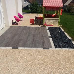 aménagement d'une terrasse en mixte béton désactivé, dalle et minéral par l'entreprise Cuinet de Tarcenay