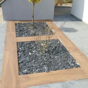 jardin minéral réalisé en dalles grès céram type Mirage EVO2 30*120 cm imitation bois et paillettes d'ardoise anthracite réalisé par l'entreprise CUINET basée à Tarcenay vers Besançon dans le Doubs