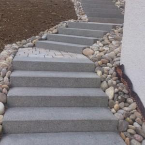 escalier en blocs marches type Birkenmeier Tocano Atwork gris anthracite avec palier en pavés et minéral pour border le tout. Réalisation par l'entreprise CUINET de Tracenay vers Besançon dans le Doubs