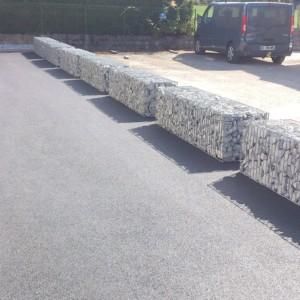 séparation de parking en gabions grillagés 50*50*200cm posé sur le sol réalisé par l'entreprise CUINET basée à Tarcenay vers Besançon dans le Doubs