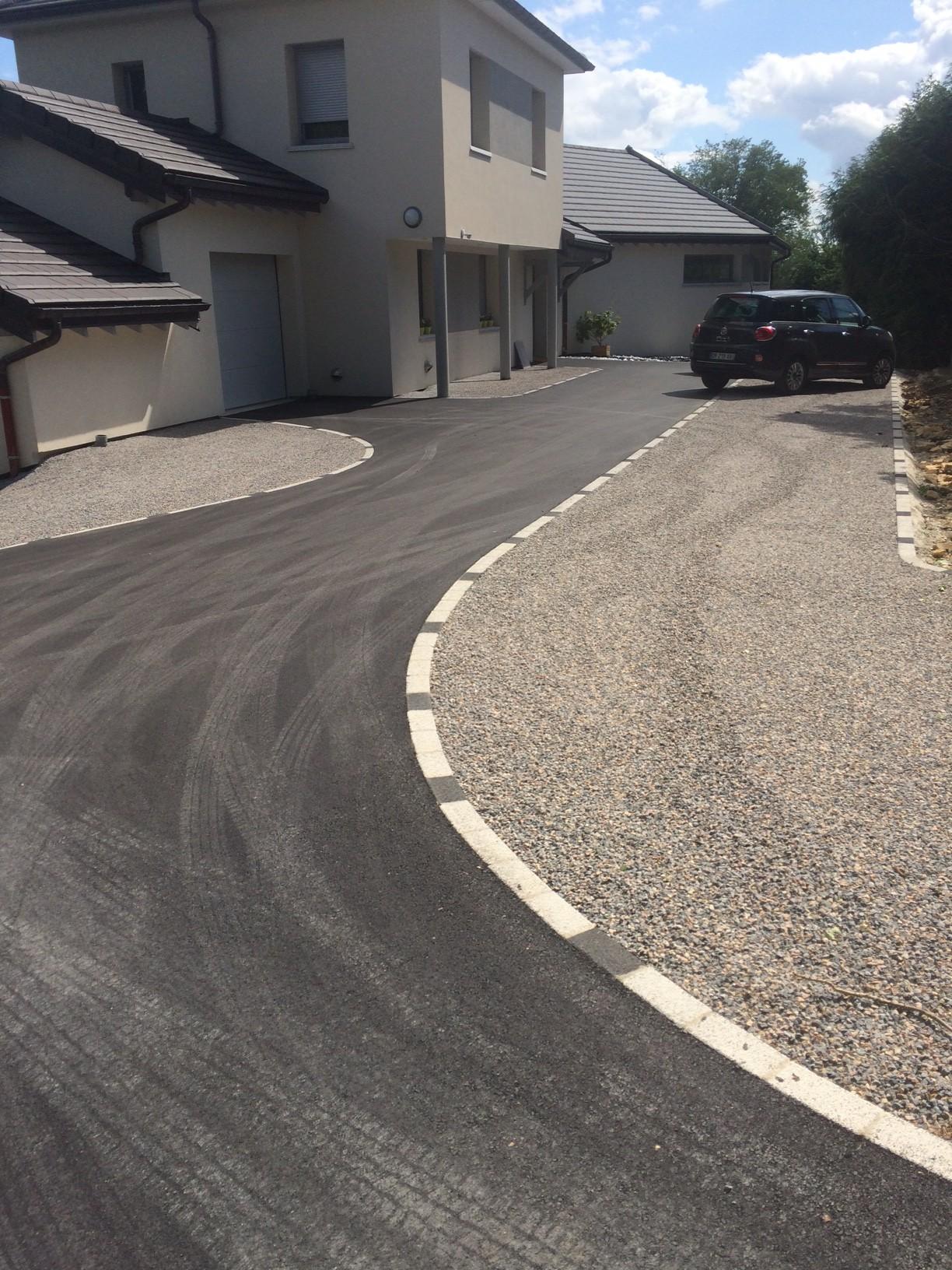 cour mixte réalisée en enrobé et en bi-couche, le tout séparés par des pavés type Kronimus Harmonie gris clair et anthracite, réalisé par l'entreprise CUINET basée à Tarcenay vers Besançon dans le Doubs