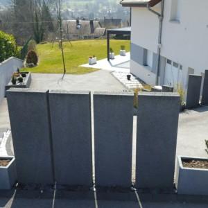 palissades type Birkenmeier Tocano Atwork, escalier en blocs marches Type Birkenmeier Tocano Atwork, cour en enrobé, le tout réalisé par l'entreprise CUINET basée à Tarcenay vesr Besançon dans le Doubs